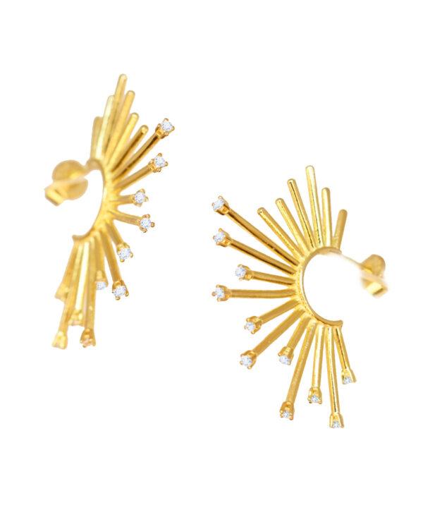 Ένα υπέροχο ζευγάρι επιχρυσωμένα σκουλαρίκια από ασήμι 925 σε σχήμα στεφάνι με ακτίνες από την εταιρεία KIKI. Μια μοναδική δημιουργία που θα τραβήξει όλα τα βλέμματα.